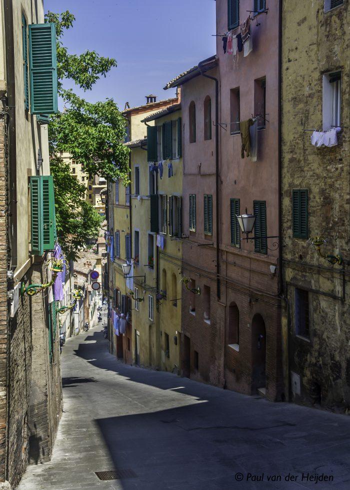 Straatje in Sienna, Italië